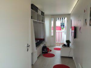 Kontin toisesta päästä tullaan sisään, ja toisessa päässä on parveke. Asunnossa on pieni wc-suihku, minikeittiö sekä yhdistetty makuualkovi, oleskelutila ja työnurkkaus.