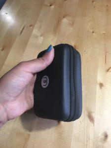 Musta vetoketjullinen pakkaus on noin neljä senttiä paksu, seitsemän senttiä leveä ja 13 senttiä korkea.