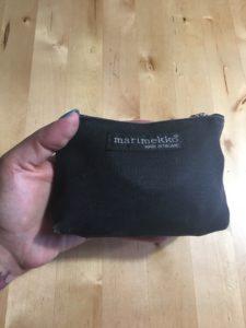 Kuvassa on Marimekon vetoketjullinen pussi, kooltaan noin 7*12 cm.